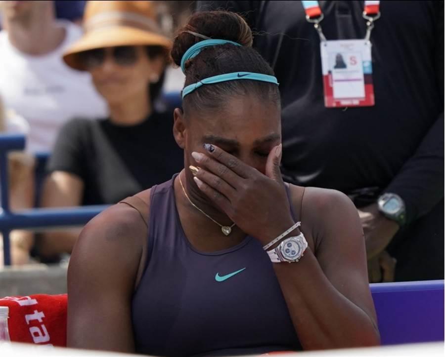 美國女將小威廉絲因背傷退賽而哭泣。(路透)