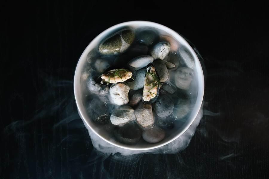 葡萄柚〉,主角是紐西蘭著名食材鮭王鮭。(圖/晶華酒店)