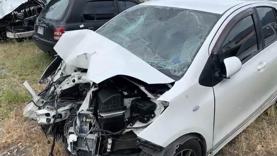疑似閃避野狗,撞擊電線桿,小轎車車頭幾乎全毀。(王志偉翻攝)