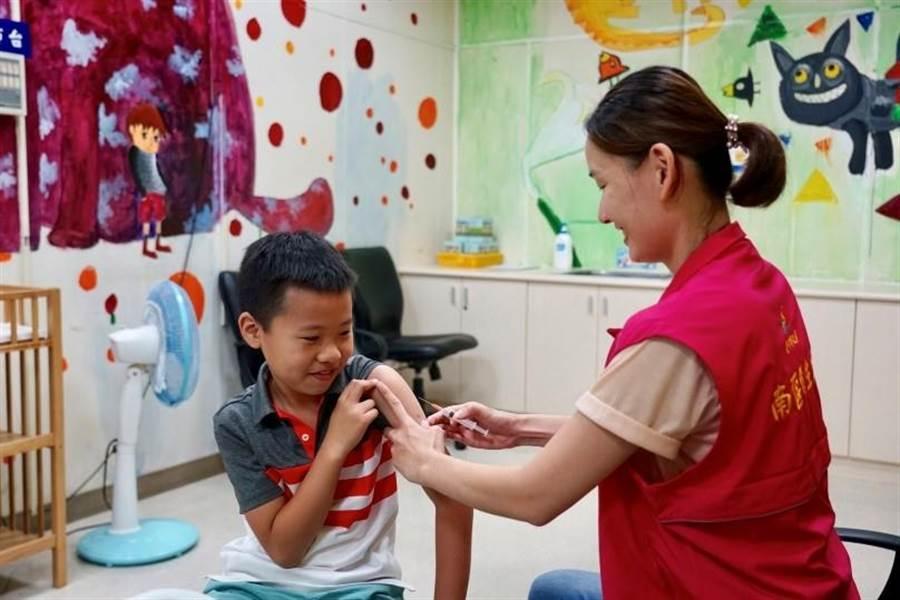 台中市衛生局提醒家長趁暑假趕緊帶孩子接種三劑疫苗,讓孩子擁有完整保護力。(馮惠宜翻攝)