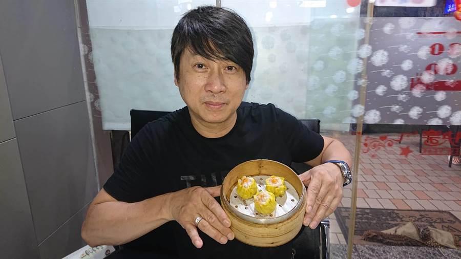 戴惠華從香港來台開茶餐廳,蟹黃燒賣是店內人氣美食之一。(程炳璋攝)