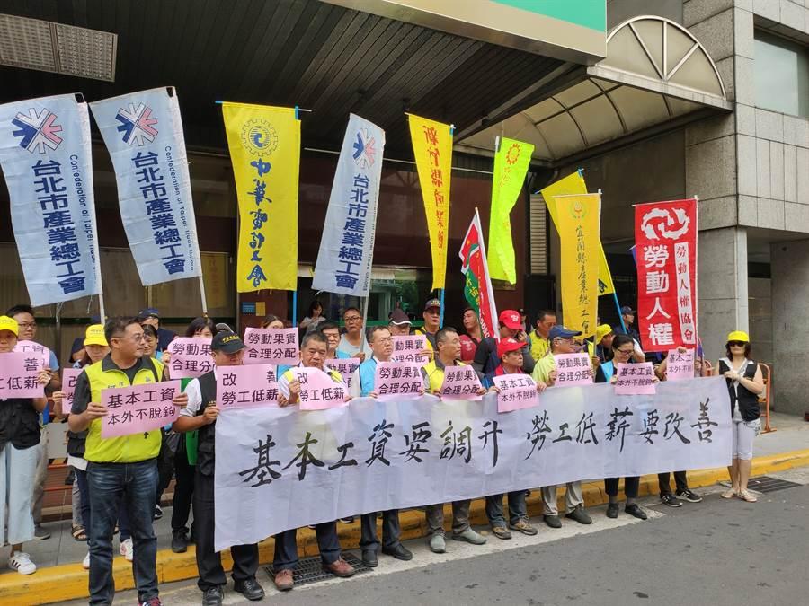 團結工聯等勞工團體今天赴勞動部抗議,希望周三召開的基本工資審議委員會能調升基本工資至少5%、達24200元。(林良齊攝)