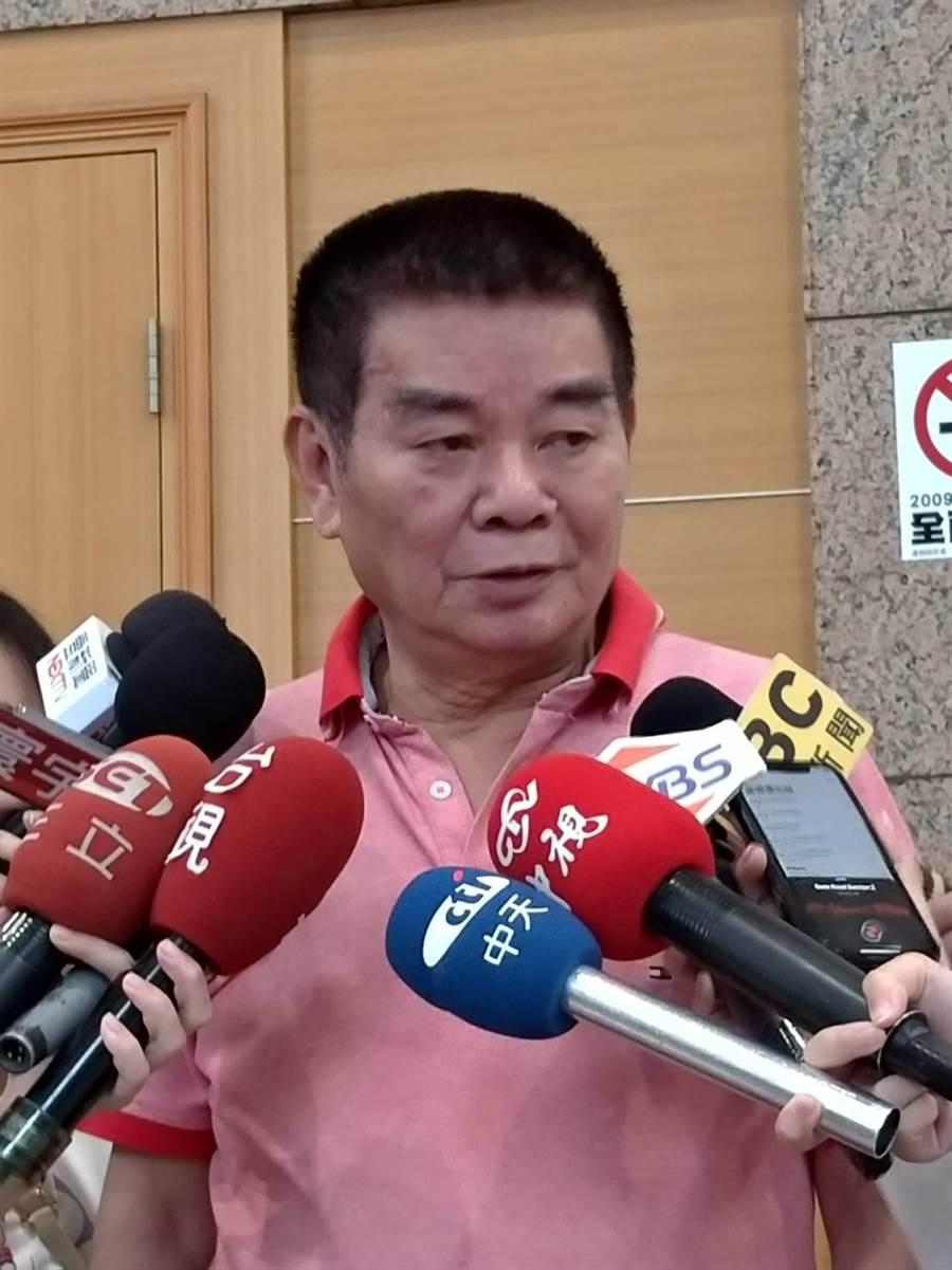 國民黨中常委姚江臨今早赴黨中央,要求立即開除陳宏昌黨籍,「否則換我造反」。(黃福其攝)