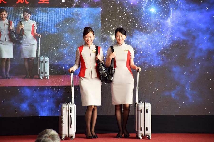 遠東航空暌違8年更新空勤制服,並推出MD機型除役時程表。(遠航提供)