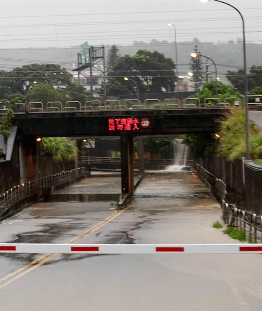 豪大雨來襲,柵欄機已放下阻絕車輛進入!(陳世宗翻攝)