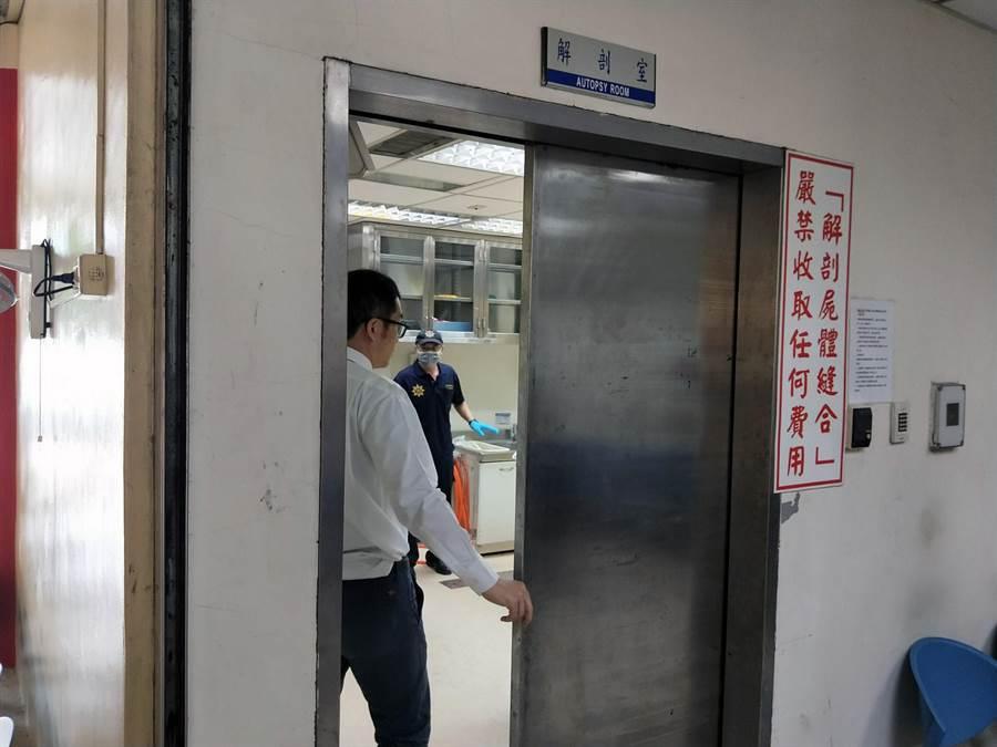 台南地檢署前往市立殯儀館相驗死者王姓男子的遺體。(洪榮志攝)