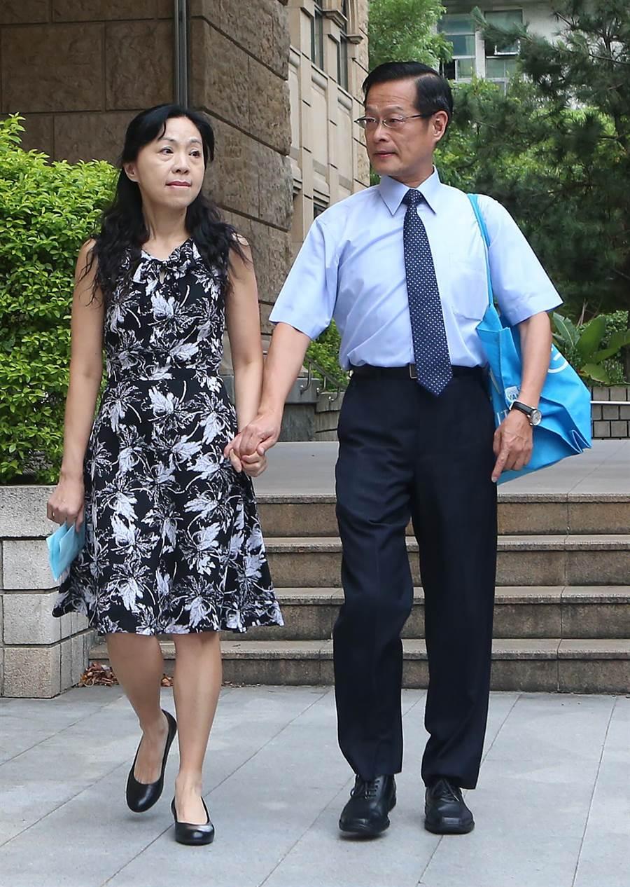楊絮雲在丈夫周盈文陪伴下舉行記者會說明。(趙雙傑攝)
