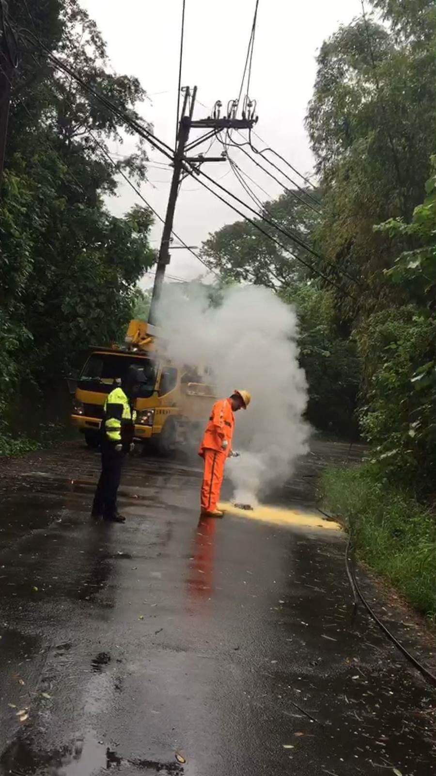北屯區苧園巷因山區路樹倒塌,勾斷台電電纜線,短路起火。(張妍溱翻攝)