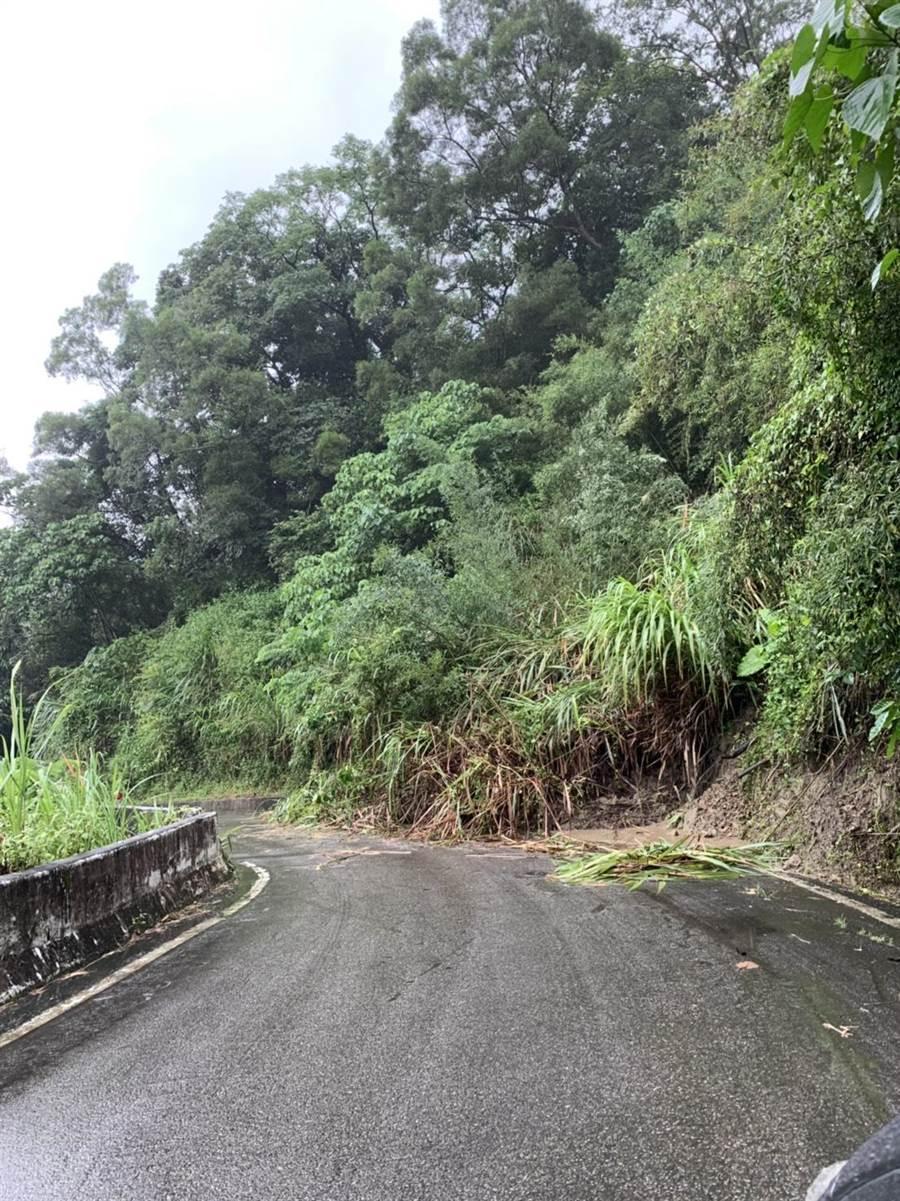 東山路二段轉進濁水巷約3公里處,連日來發生邊坡土石流堆積。(張妍溱翻攝)