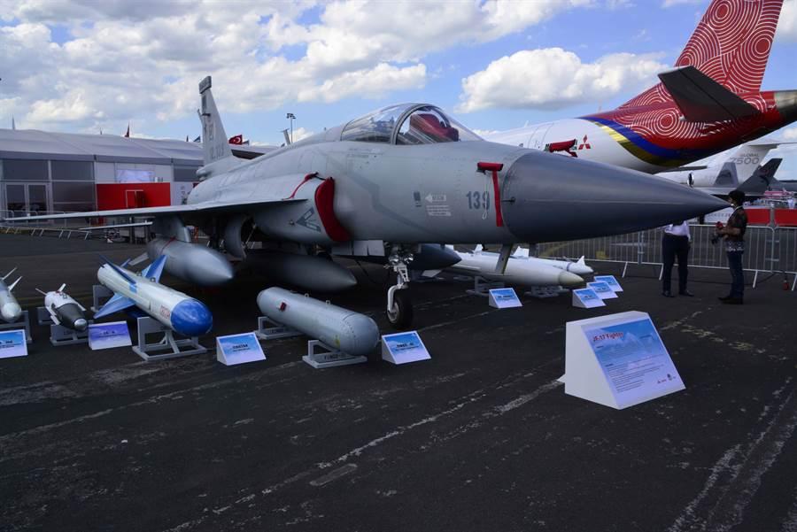 「梟龍」戰機6月17日在第53屆巴黎航展亮相的畫面。(中新社)