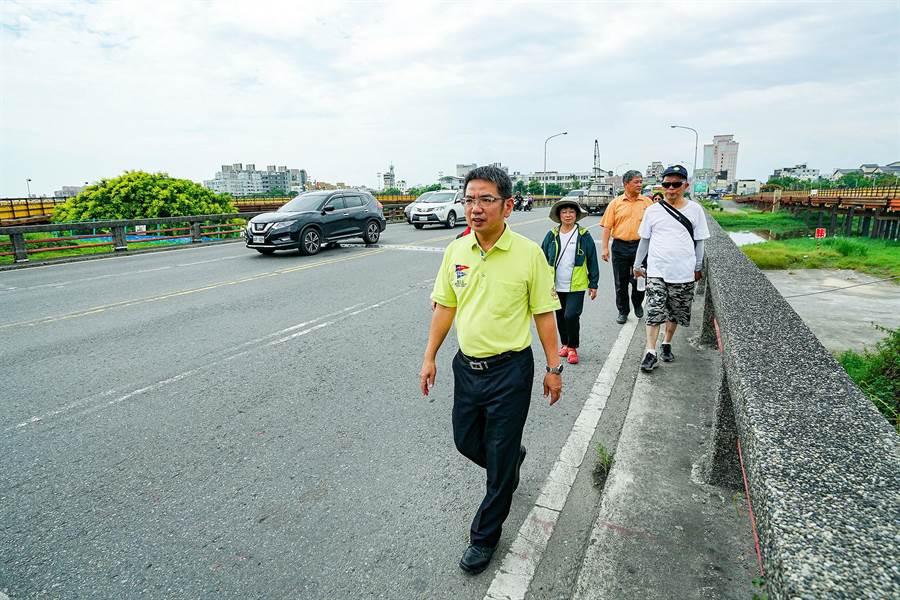 宜蘭橋明天將改建,宜蘭市長江聰淵前往宜蘭橋作最後的巡禮。(李忠一攝)