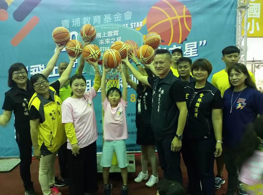 青埔基金會董事長張嘉郡(左三)等人投球。(許素惠攝)