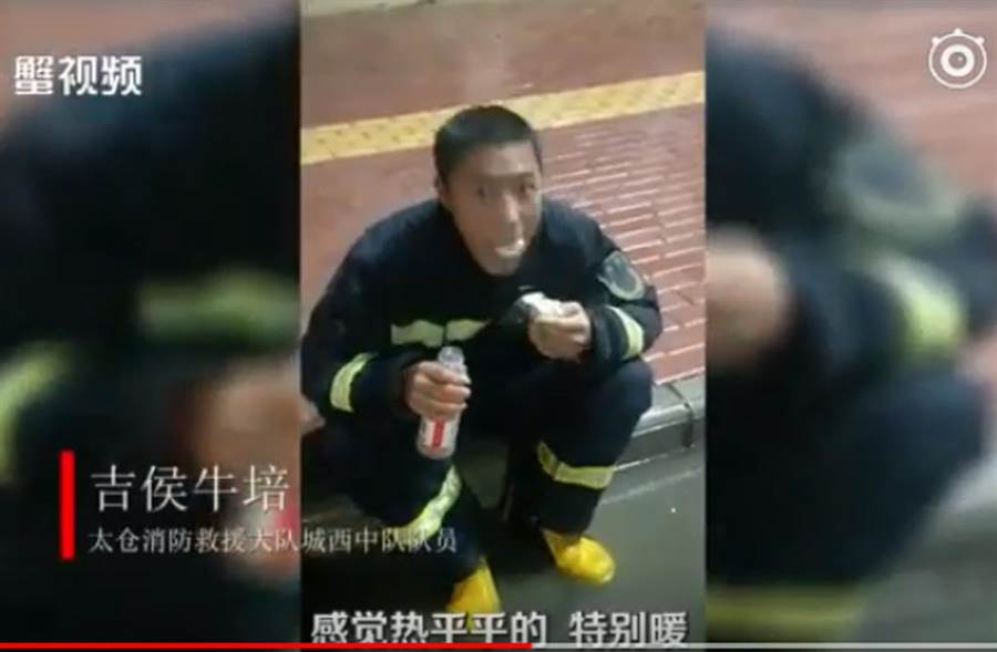 大陸一名年輕消防員,坐在路邊連吃11個包子,影片放上網路爆紅。(截自YouTube影片)