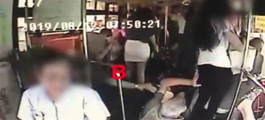 公車不慎撞及前方急煞的公車,導致黃姓婦人跌落至前方車門樓梯間,單腳朝天(畫面右下角)。(張穎齊翻攝)