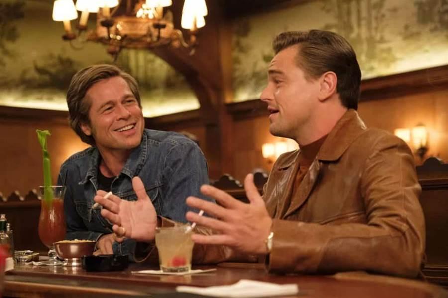 電影《從前,有個好萊塢》中李奧納多狄卡皮歐和布萊德彼特分飾巨星和替身,穿衣風格和佩戴的腕表大不相同。(擷自電影劇照)