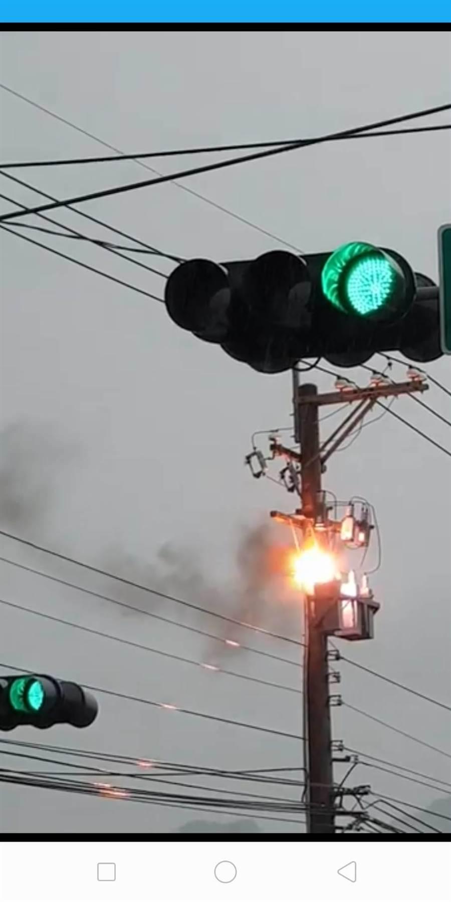 三豐路5段發生電桿起火意外,致500餘戶停電。(陳淑娥翻攝)