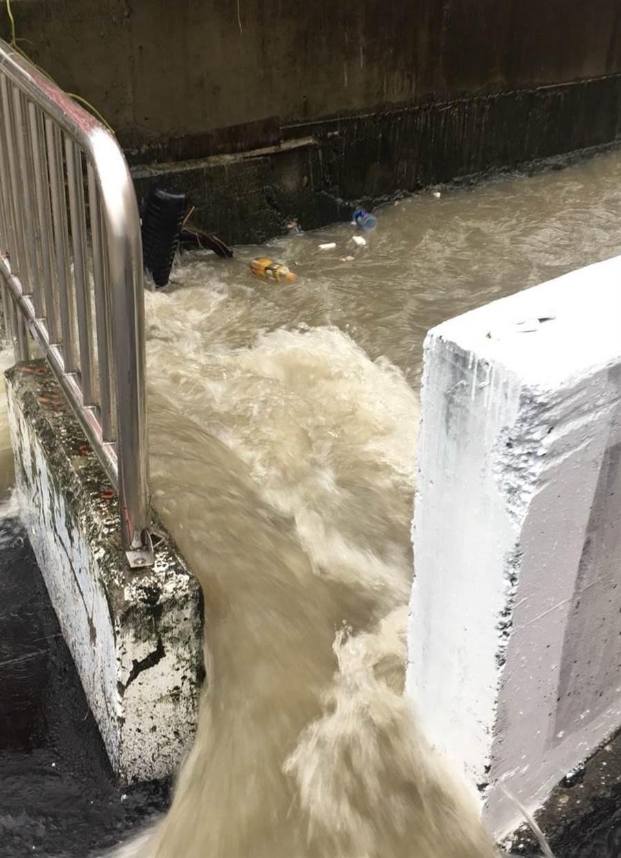 潭子四尺八分線逢豪大雨就暴漲溢流,雅豐街居民住的膽戰心驚。(陳淑娥攝)