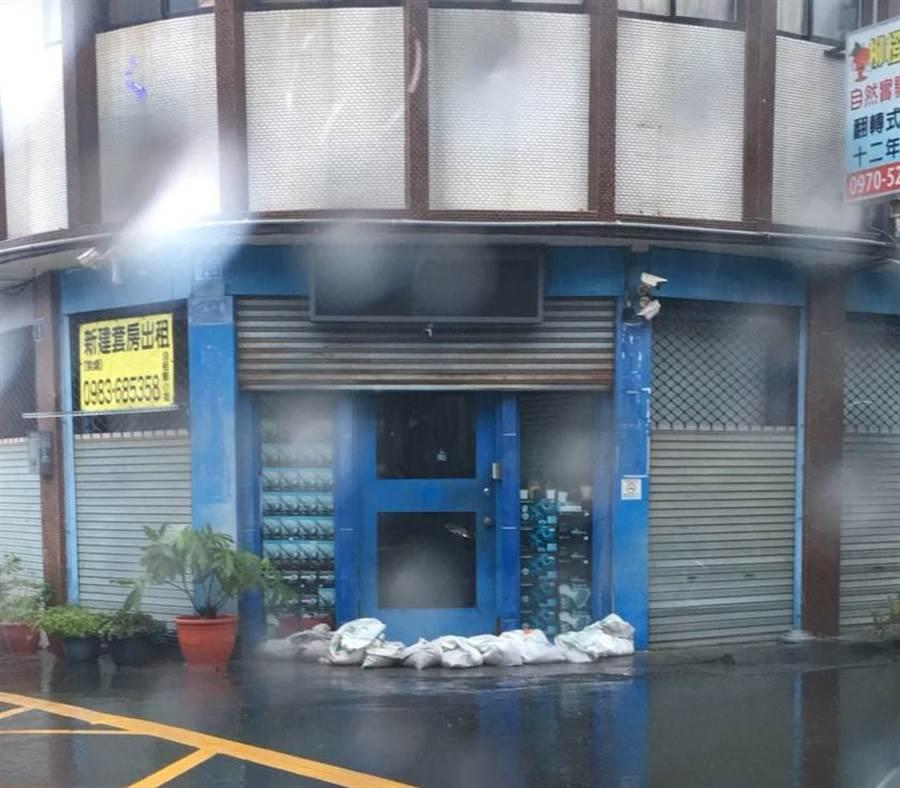 潭子四尺八分線逢豪大雨就暴漲溢流,雅豐街居民以沙包阻擋水患。(陳淑娥翻攝)