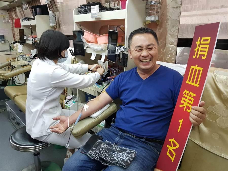 家住芬園鄉的吳先生在滂沱大雨中,一早不到八點就開車到員林公園等候捐血車,捐完500C.C.熱血後再趕去上班。(謝瓊雲攝)