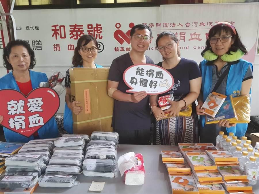 得展棉業客製捐血襪,每捐出一袋熱血就可拿到一份禮物,還亦自行募集豐厚實用的生活用品,鼓勵大眾挽袖捐血。(謝瓊雲攝)