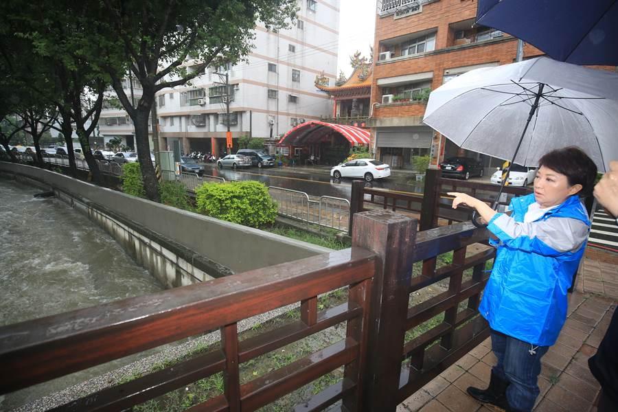 台中市長盧秀燕到南屯及台灣大道、文心路等重要路段檢視排水情況。(盧金足攝)