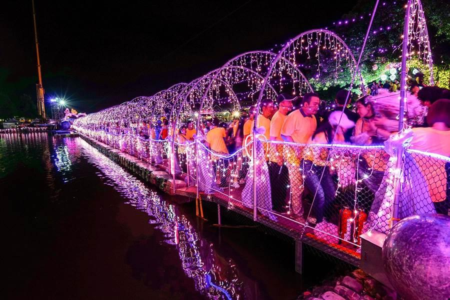 宜蘭情人節活動在昨天閉幕,但縣府決定延長鵲橋及周邊光環境藝術造景到周日。(本報資料照片)