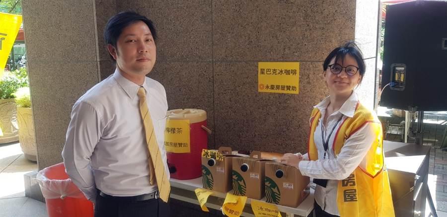 板橋特區店店長許彥翔帶領同仁準備清涼飲料,為社區居民補充水分