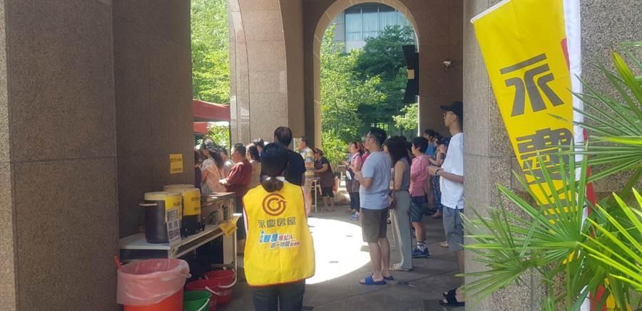 農曆七月,永慶房屋走遍大小社區協助普渡活動圓滿進行。