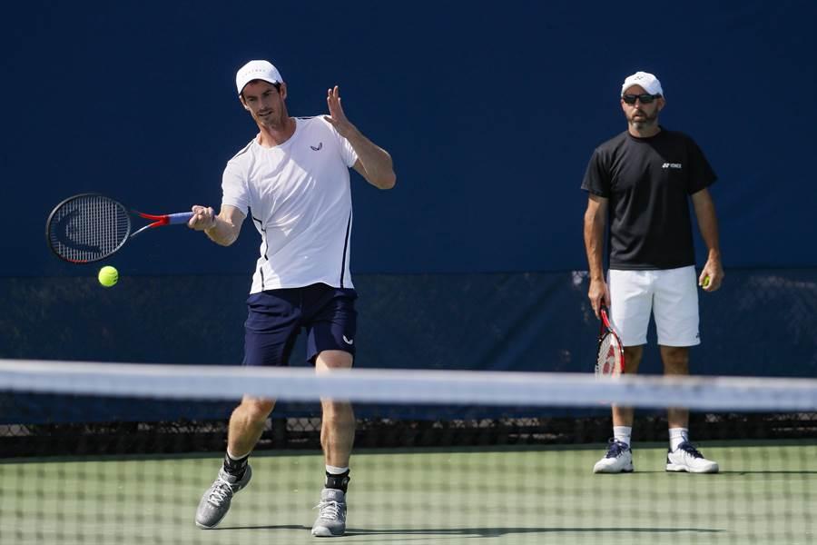 莫瑞(左)在教練陪同下進行單打練習。(美聯社)