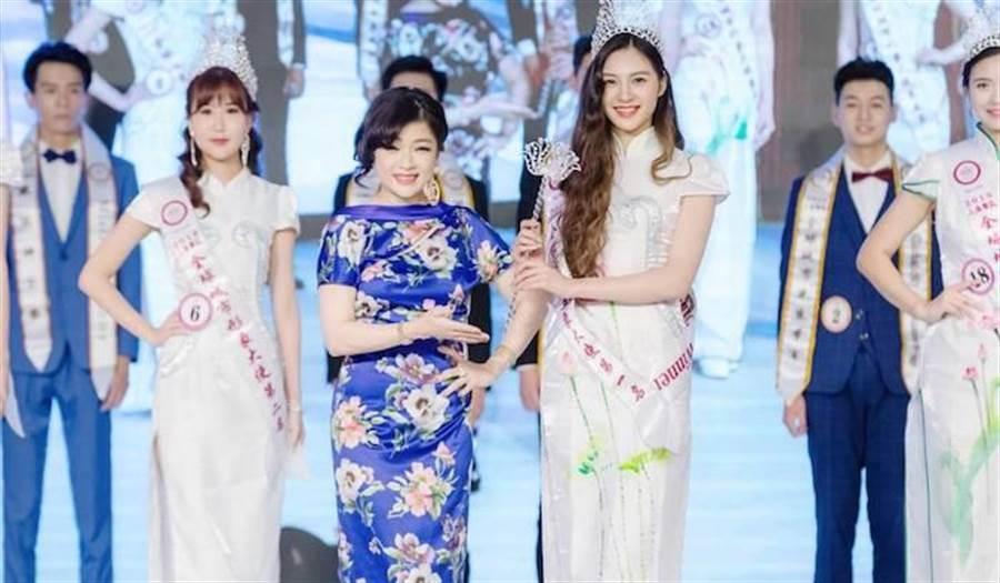 何修榕(中)為城市小姐冠軍楊順順(右)戴上后冠,鼓勵他們再接再勵。中華全球城市選拔協會提供
