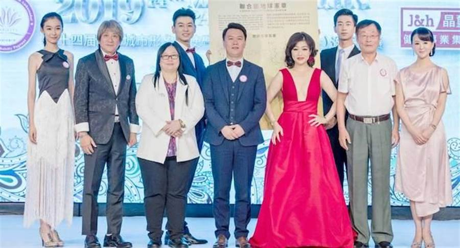 陳垣霖(左起)、何國泓、MEI YEN、劉曉毅、何修榕、于志鴻、張如君簽署聯合國地球憲章。中華全球城市選拔協會提供