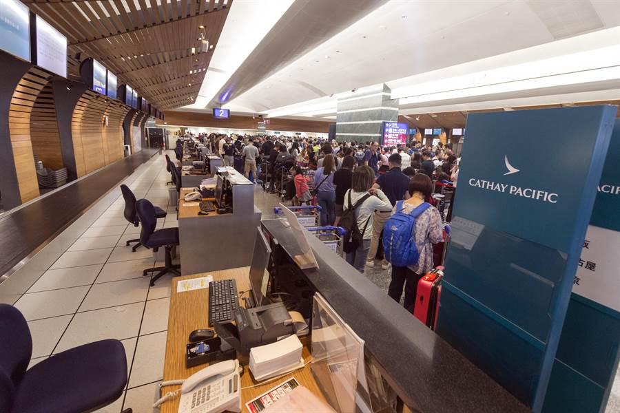 國泰航空公司櫃台前,國泰航空地勤人員在接獲總公司通知後,已停止飛往香港的櫃台工作。(陳麒全攝)