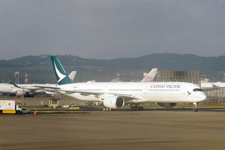 在接獲通報香港機場關閉前,國泰航空有3班準備從桃園飛往香港的班機,600多名旅客已經坐上飛機,臨時接到通知無法起飛,被迫下機無法成行。(陳麒全攝)