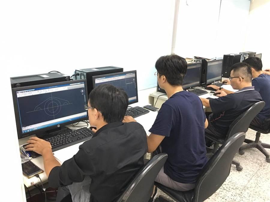 台中市勞工大學8月開課,Photoshop、Flutter等百門課程自由選讀。(圖/台中市府提供)