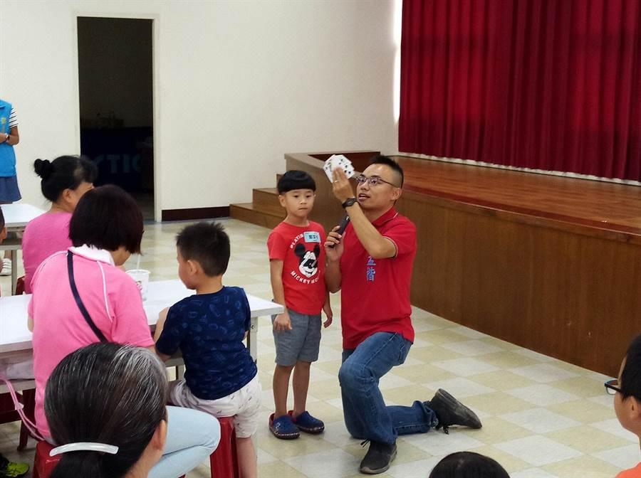 洪孟楷近期舉辦多場親子樂高及魔術活動,深獲大小朋友歡迎。(吳亮賢翻攝)