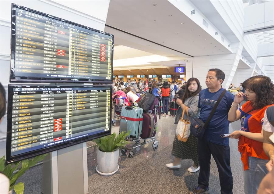 桃機受影響航班有40個架次,影響上萬人,旅客在航班資訊前看著取消的班次,一臉無奈。(陳麒全攝)