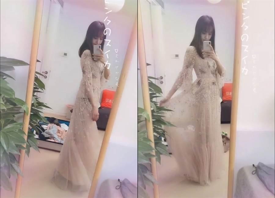 鄭爽更曬出一段試穿粉色仙女洋裝的影片。(圖/翻攝自微博@FashionFad、鄭爽個人APP-M77)