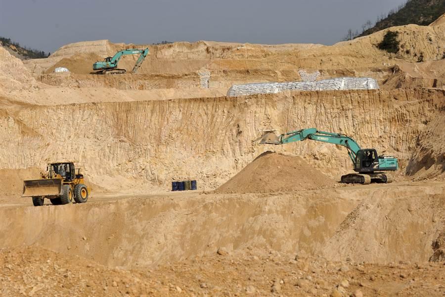 大陸稀土礦出口近年來佔全球9成以上,美國及其盟國一直擔憂中共可能以稀土出口做為貿易戰武器。圖為大陸江西省的稀土礦。(圖/美聯社)