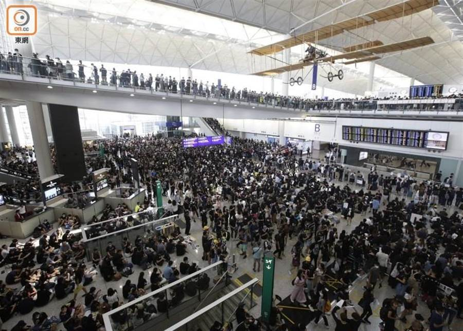 今日大批香港市民前往機場集會。(圖/翻攝自東網)