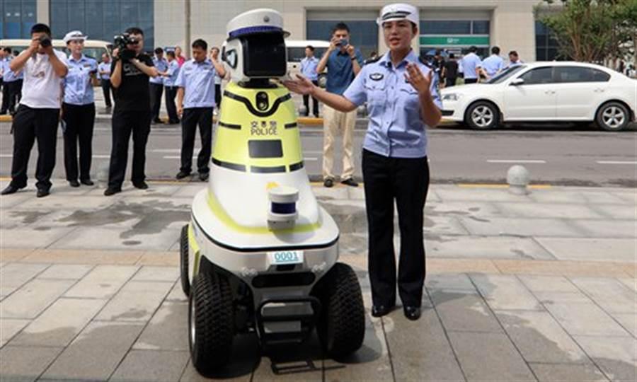 大陸邯鄲市的機器人交警,這款戴帽有背心的,是詢問機器人。(圖/環球時報)