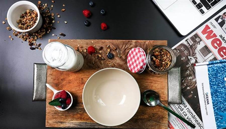 如果是便秘型的人,喝優酪乳獲得改善的機率較大,但最好不要空腹飲用,或從冰箱拿出來立刻喝,避免過度刺激腸胃。(圖片來源:pixabay)