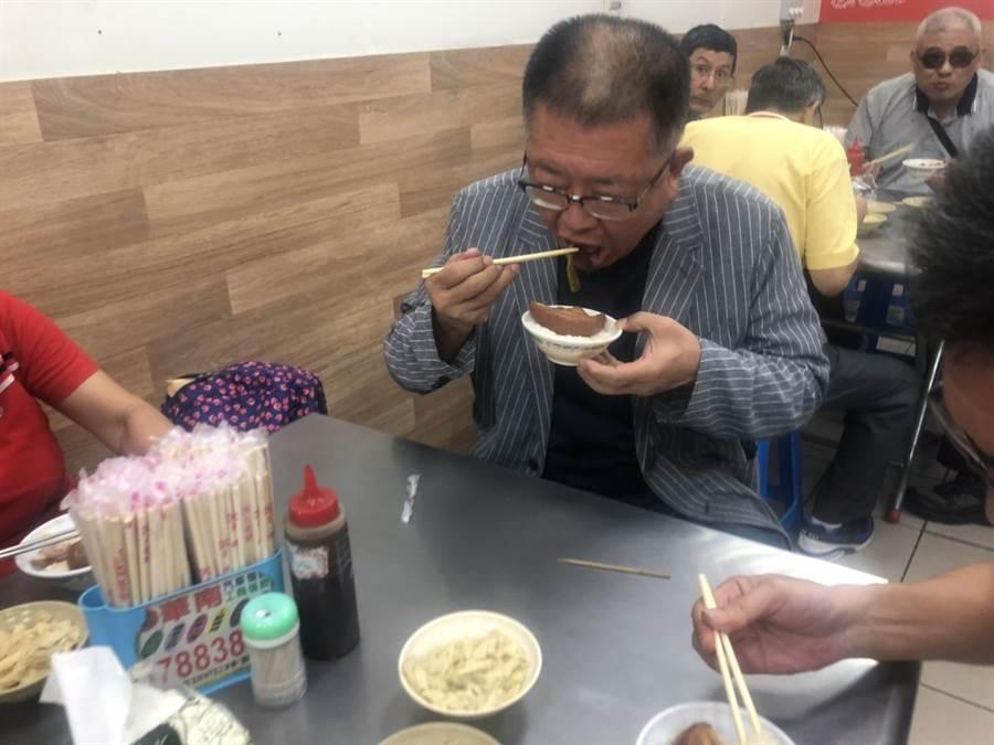 全國總工會理事長陳杰對彰化市美食小吃如爌肉飯等情有獨鍾。(謝瓊雲翻攝)