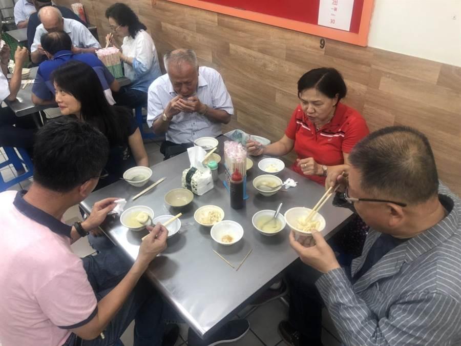 藉著全國總工會理監事會議在彰化召開,陳杰特別當起東道主,帶理監事們品嘗爌肉飯。(謝瓊雲翻攝)