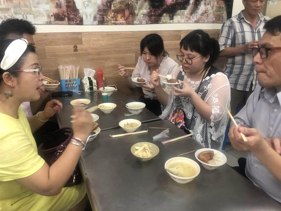 全國總工會今、明兩天在彰化市召開理監事會議,出席會議的理監事們到市區爌肉飯名店品嘗彰化著名美食。(謝瓊雲翻攝)