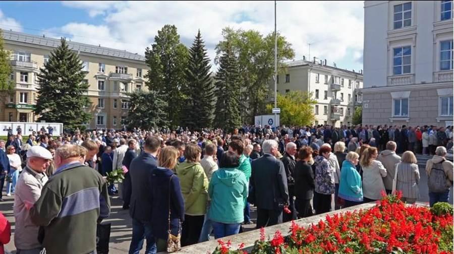 俄羅斯國家原子能機構為喪生的5名專家舉行追悼儀式。/路透社