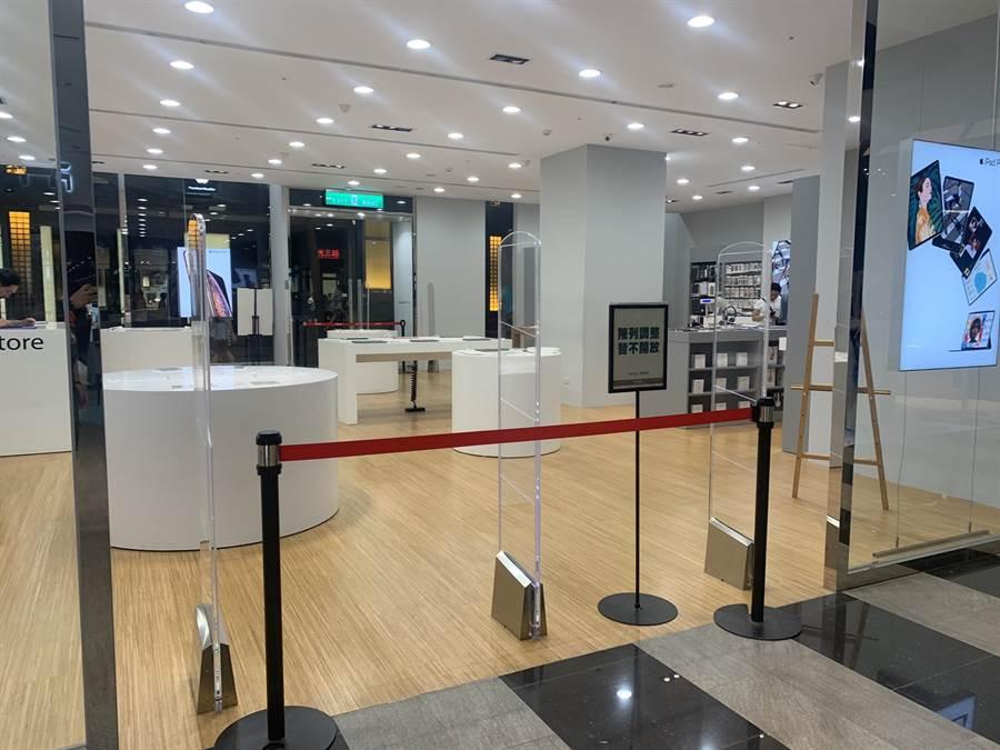 apple專賣店遭人砸毀玻璃展示櫃,店家關門清理店面。(胡欣男攝)