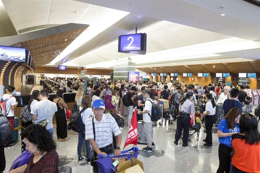 12日時,國泰航空地勤人員在接獲總公司通知後,已停止飛往香港的櫃台工作。旅客在櫃台前排滿長長的人龍,準備改票或改航班地點再轉進香港。(陳麒全攝)