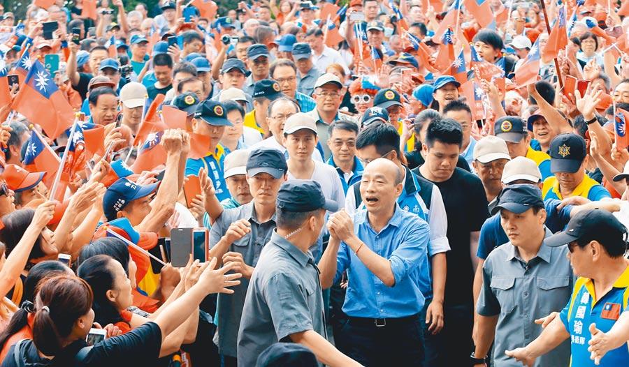 國民黨總統參選人、高雄市長韓國瑜到南投進行寺廟之旅,下午來到埔里恒吉宮媽祖廟參拜,現場擠滿近千名支持群眾,夾道歡迎。(黃國峰攝)