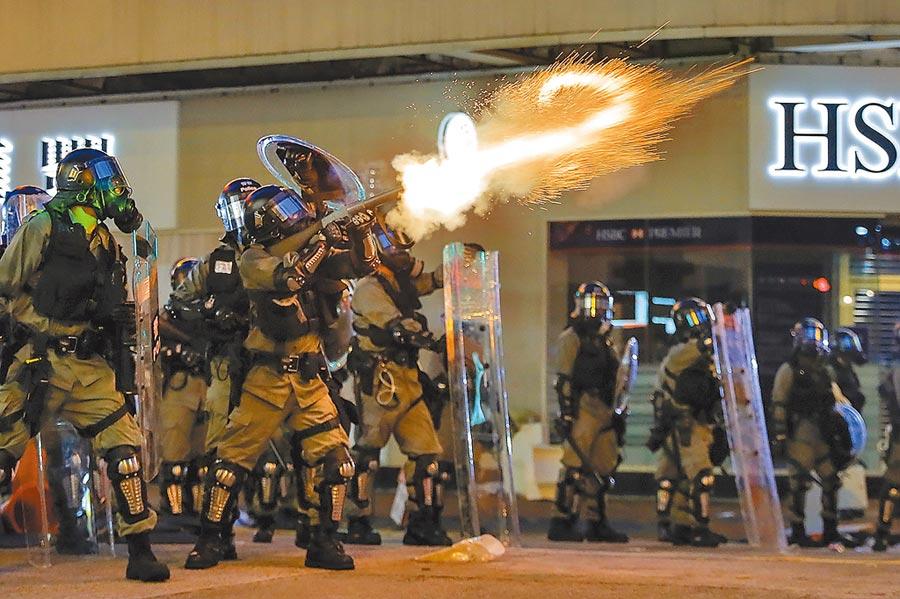 香港警方發射催淚彈,驅離反送中示威者。(美聯社)