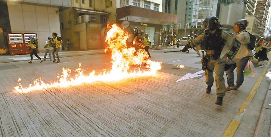 香港反送中抗議遊行民眾向警察投擲汽油彈,造成警察多處燒傷。(摘自東網)